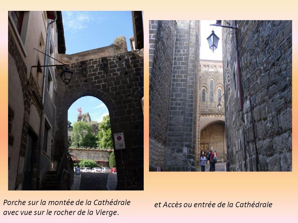 Porche sur la montée de la Cathédrale avec vue sur le rocher de la Vierge.