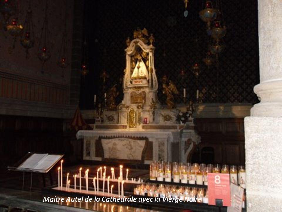 Maitre Autel de la Cathédrale avec la Vierge Noire