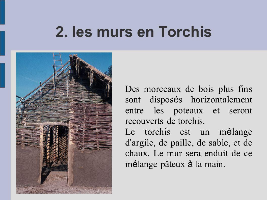 2. les murs en Torchis Des morceaux de bois plus fins sont disposés horizontalement entre les poteaux et seront recouverts de torchis.