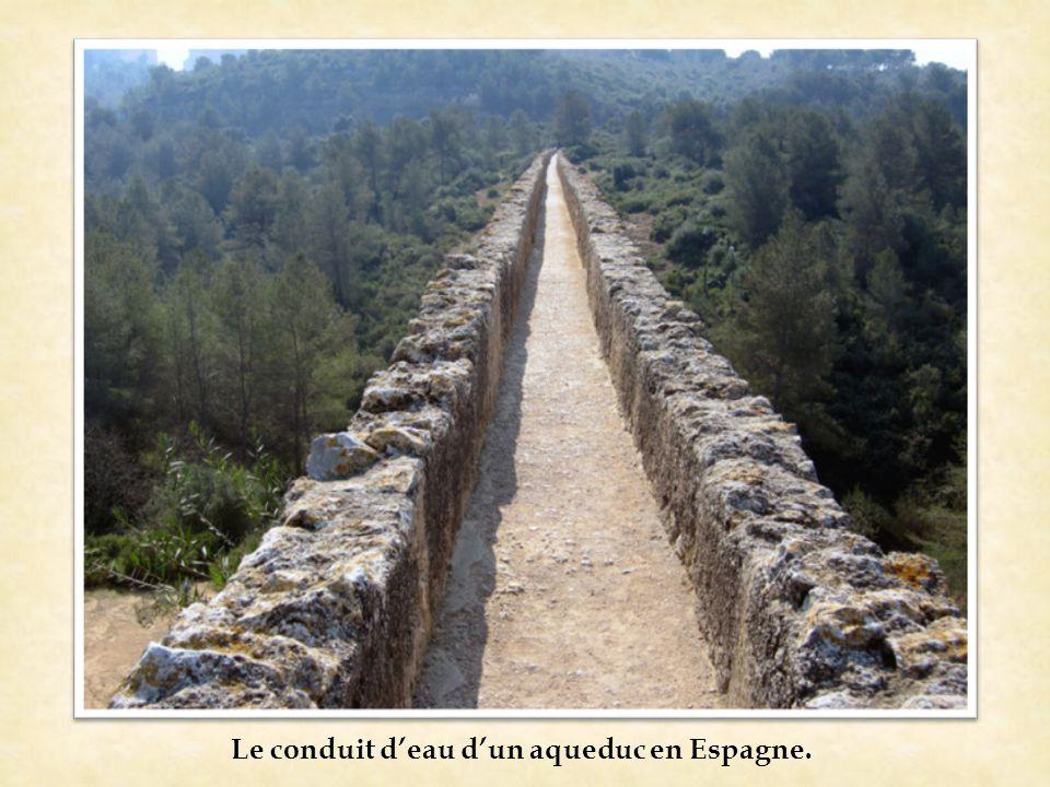 Le conduit d'eau d'un aqueduc en Espagne.
