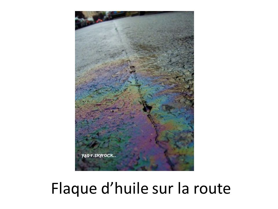 Flaque d'huile sur la route
