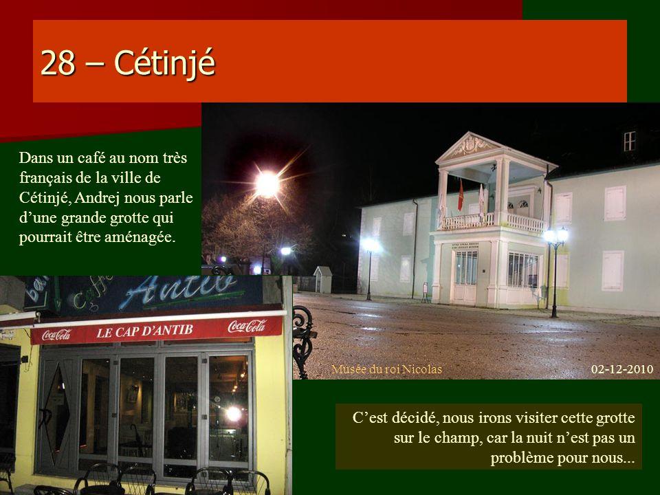 28 – Cétinjé Dans un café au nom très français de la ville de Cétinjé, Andrej nous parle d'une grande grotte qui pourrait être aménagée.