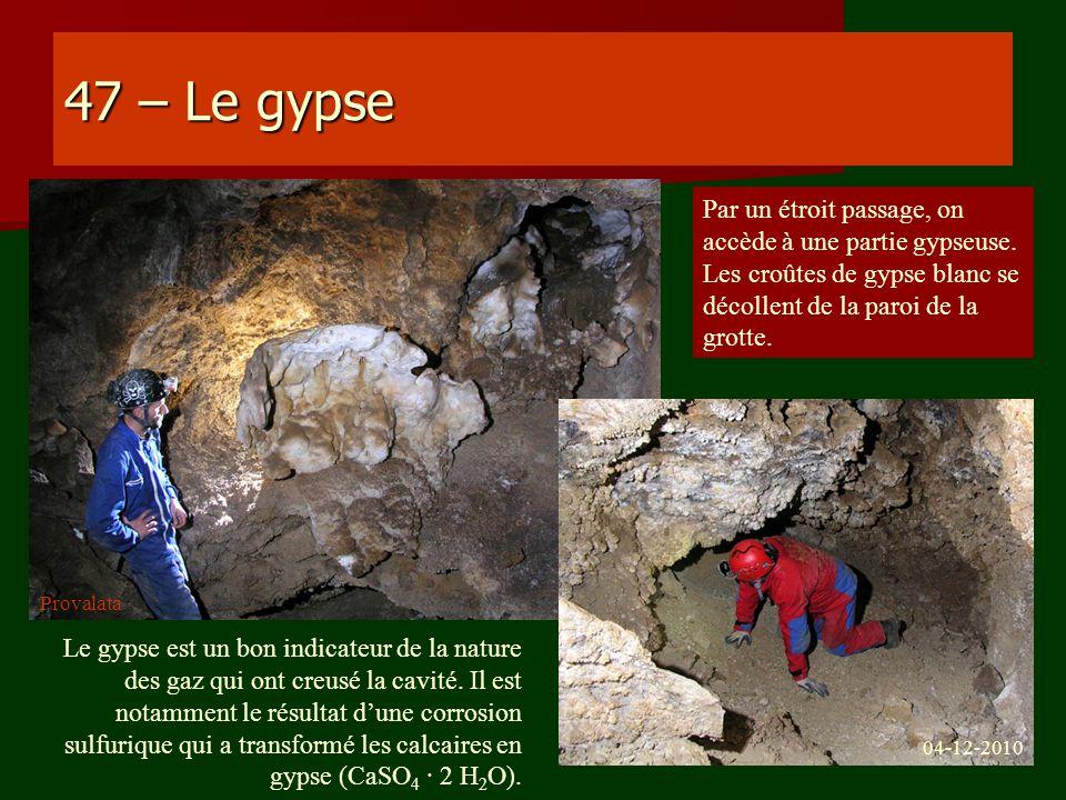 47 – Le gypse Par un étroit passage, on accède à une partie gypseuse. Les croûtes de gypse blanc se décollent de la paroi de la grotte.