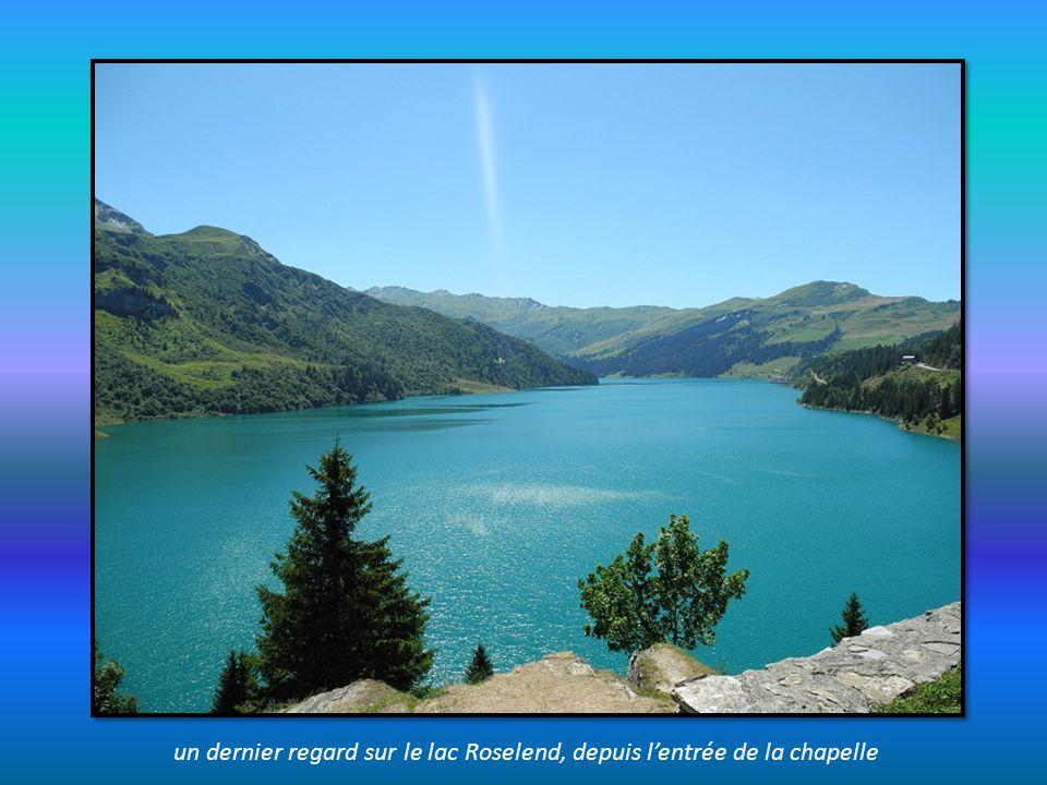 un dernier regard sur le lac Roselend, depuis l'entrée de la chapelle