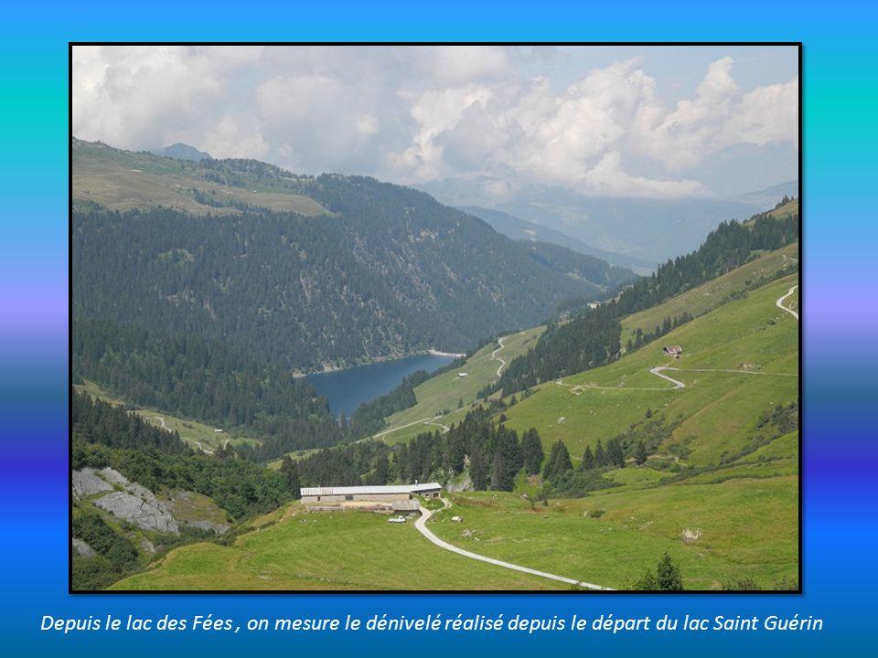 Depuis le lac des Fées , on mesure le dénivelé réalisé depuis le départ du lac Saint Guérin