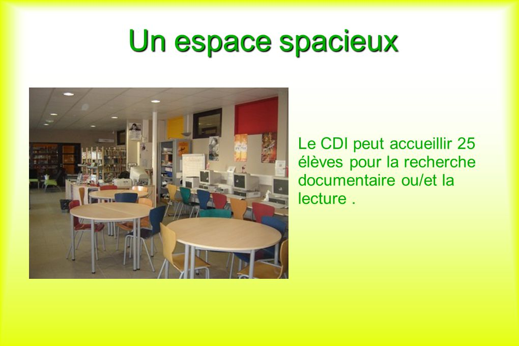 Un espace spacieux Le CDI peut accueillir 25 élèves pour la recherche documentaire ou/et la lecture .