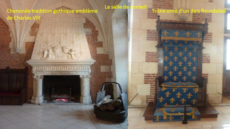 La salle de conseil Cheminée tradition gothique emblème de Charles VIII.
