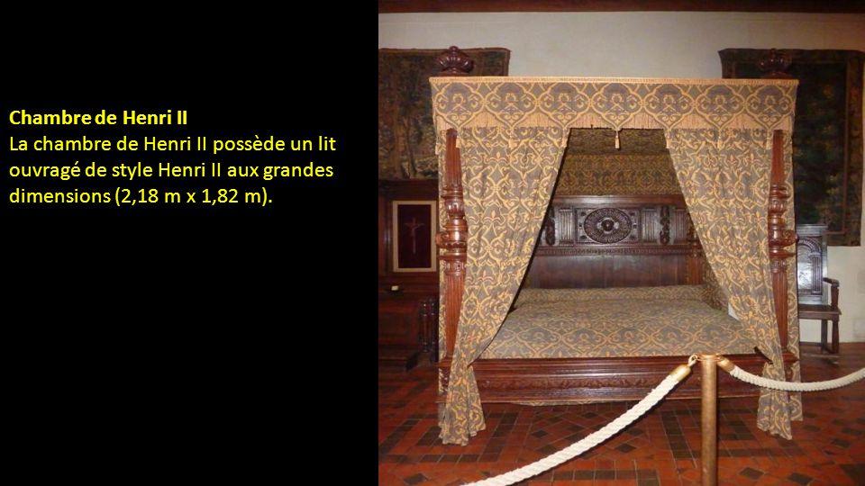 Chambre de Henri II La chambre de Henri II possède un lit ouvragé de style Henri II aux grandes dimensions (2,18 m x 1,82 m).