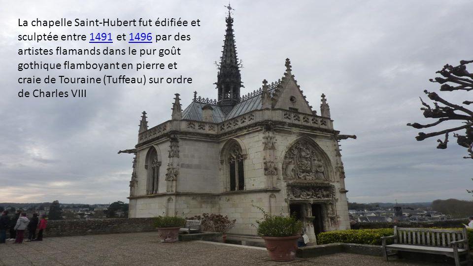 La chapelle Saint-Hubert fut édifiée et sculptée entre 1491 et 1496 par des artistes flamands dans le pur goût gothique flamboyant en pierre et craie de Touraine (Tuffeau) sur ordre de Charles VIII