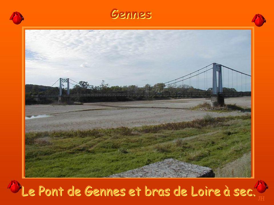 Le Pont de Gennes et bras de Loire à sec.