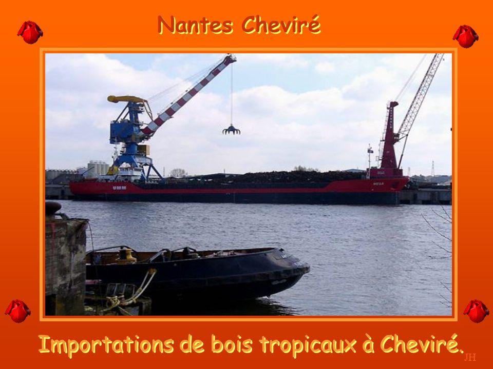 Importations de bois tropicaux à Cheviré.