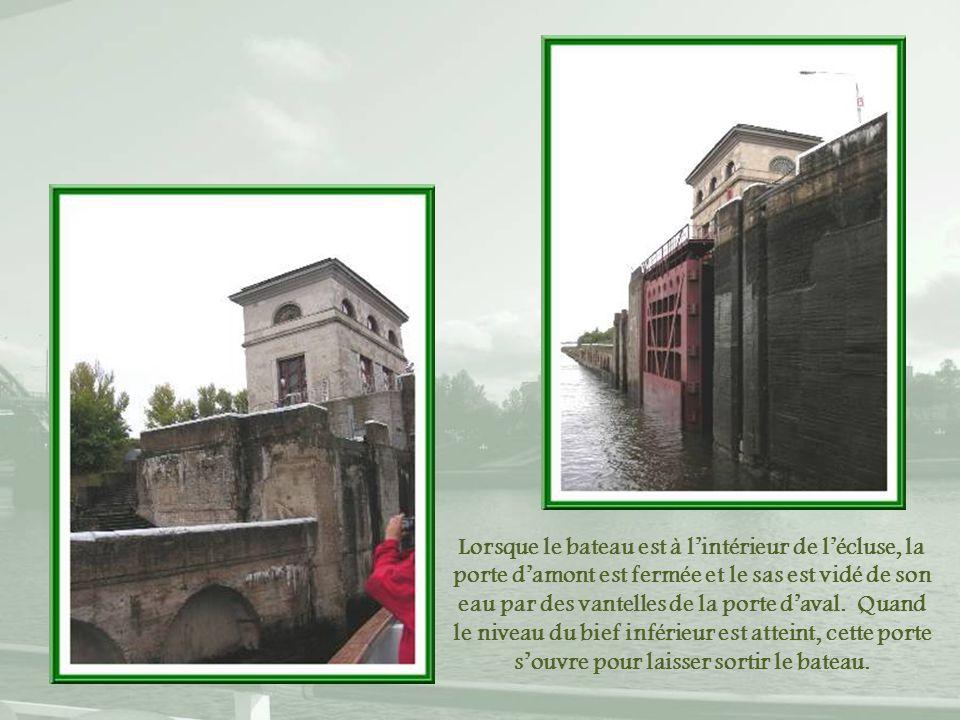 Lorsque le bateau est à l'intérieur de l'écluse, la porte d'amont est fermée et le sas est vidé de son eau par des vantelles de la porte d'aval.