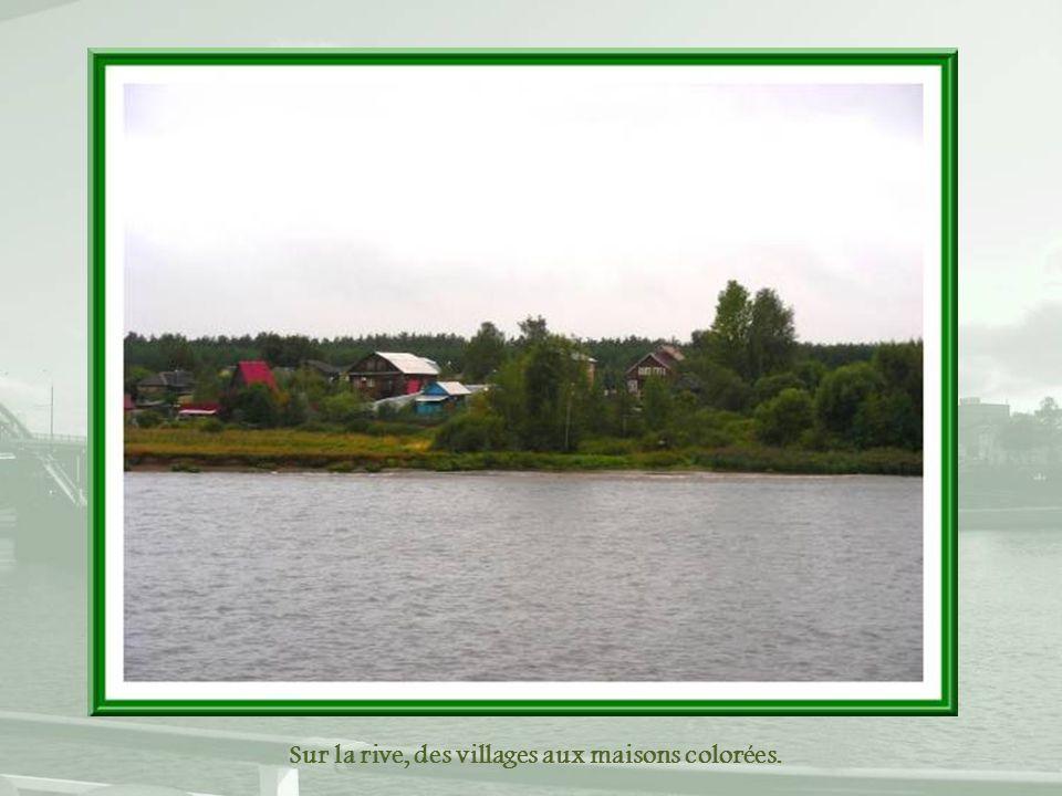 Sur la rive, des villages aux maisons colorées.