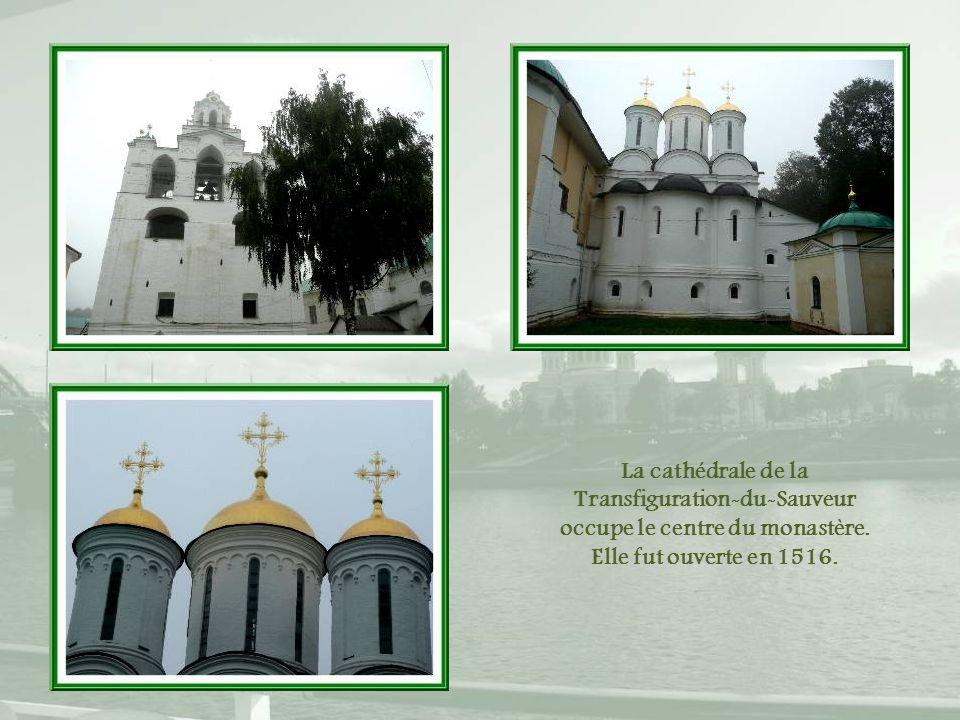 La cathédrale de la Transfiguration-du-Sauveur occupe le centre du monastère.