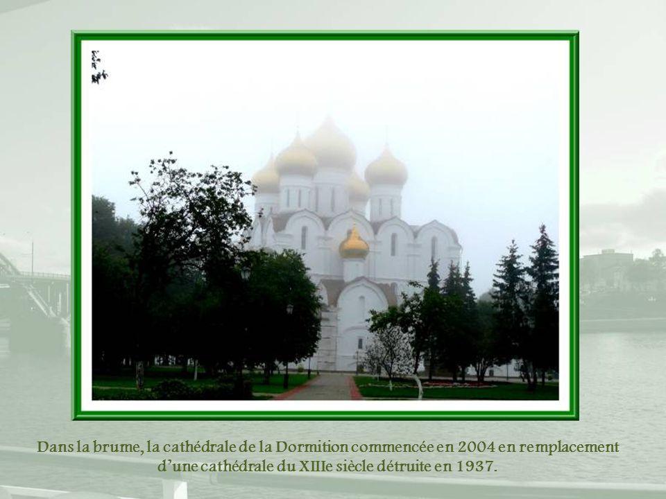 Dans la brume, la cathédrale de la Dormition commencée en 2004 en remplacement d'une cathédrale du XIIIe siècle détruite en 1937.