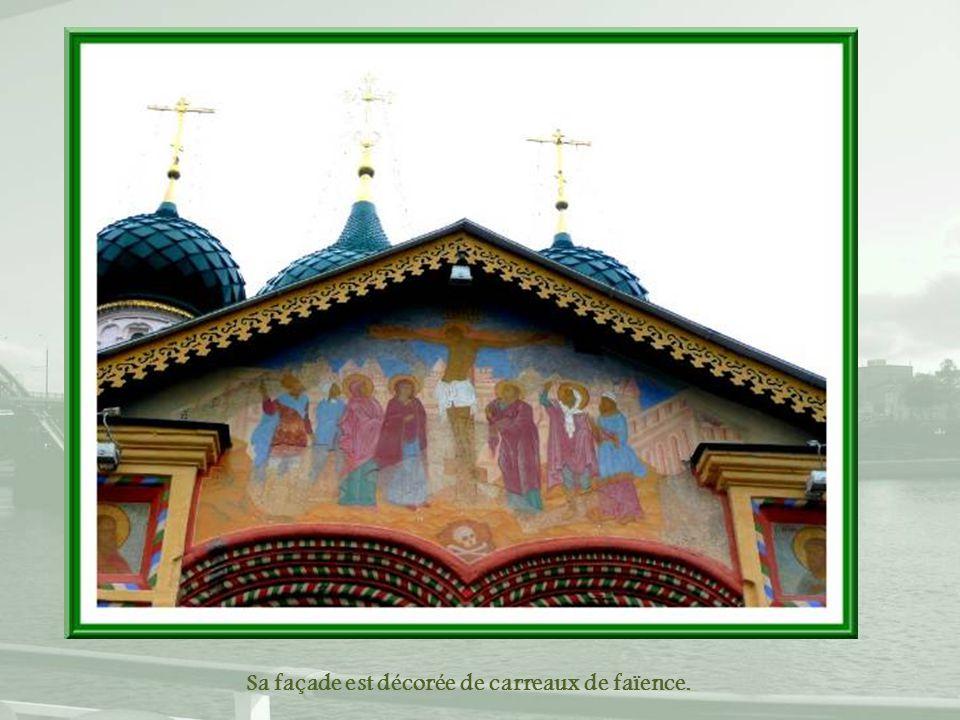 Sa façade est décorée de carreaux de faïence.