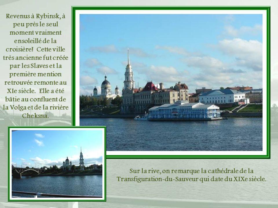 Revenus à Rybinsk, à peu près le seul moment vraiment ensoleillé de la croisière! Cette ville très ancienne fut créée par les Slaves et la première mention retrouvée remonte au XIe siècle. Elle a été bâtie au confluent de la Volga et de la rivière Cheksna.