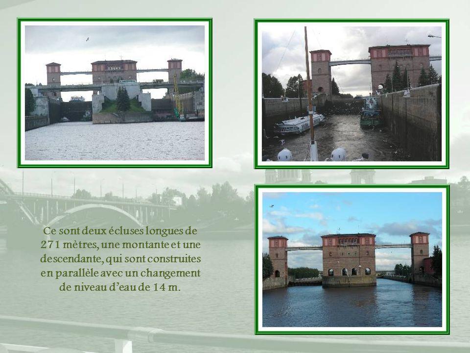Ce sont deux écluses longues de 271 mètres, une montante et une descendante, qui sont construites en parallèle avec un changement de niveau d'eau de 14 m.