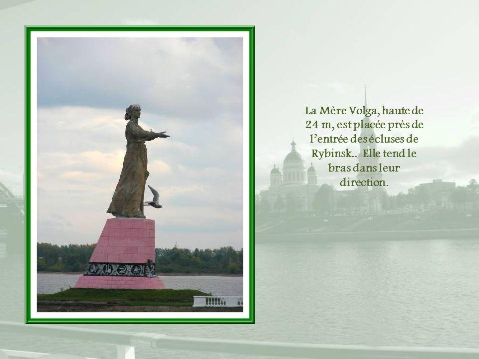 La Mère Volga, haute de 24 m, est placée près de l'entrée des écluses de Rybinsk..
