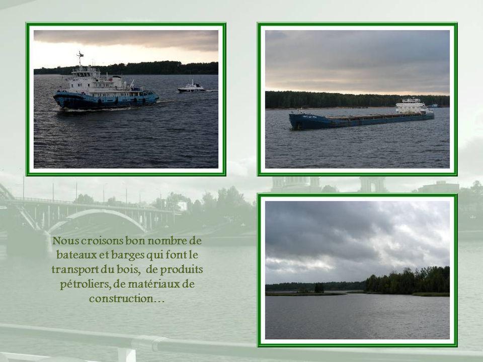 Nous croisons bon nombre de bateaux et barges qui font le transport du bois, de produits pétroliers, de matériaux de construction…