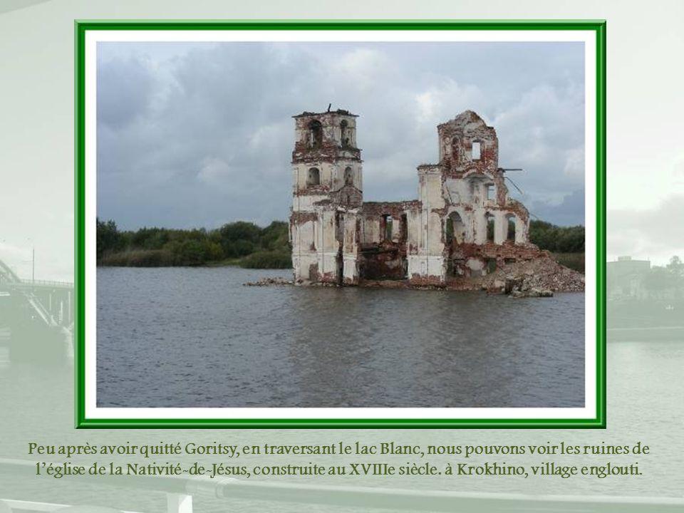 Peu après avoir quitté Goritsy, en traversant le lac Blanc, nous pouvons voir les ruines de l'église de la Nativité-de-Jésus, construite au XVIIIe siècle.