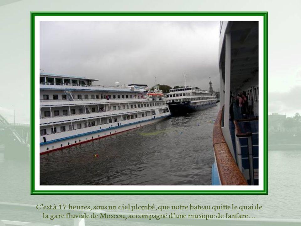 C'est à 17 heures, sous un ciel plombé, que notre bateau quitte le quai de la gare fluviale de Moscou, accompagné d'une musique de fanfare…