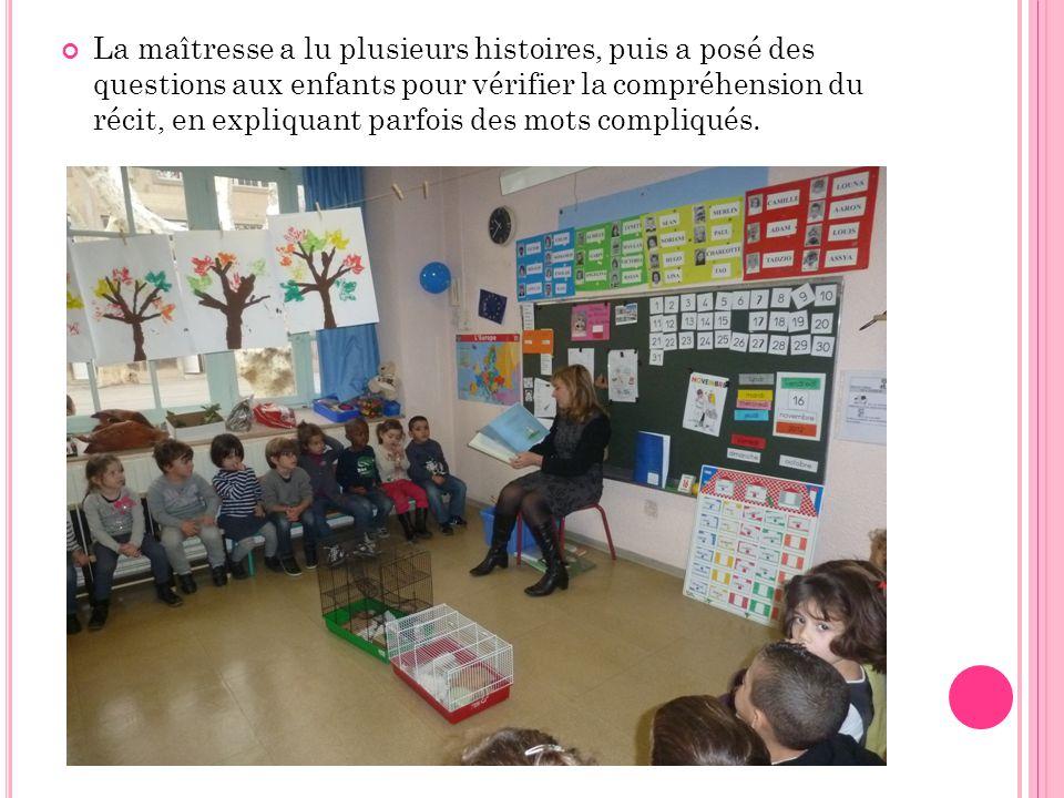 La maîtresse a lu plusieurs histoires, puis a posé des questions aux enfants pour vérifier la compréhension du récit, en expliquant parfois des mots compliqués.