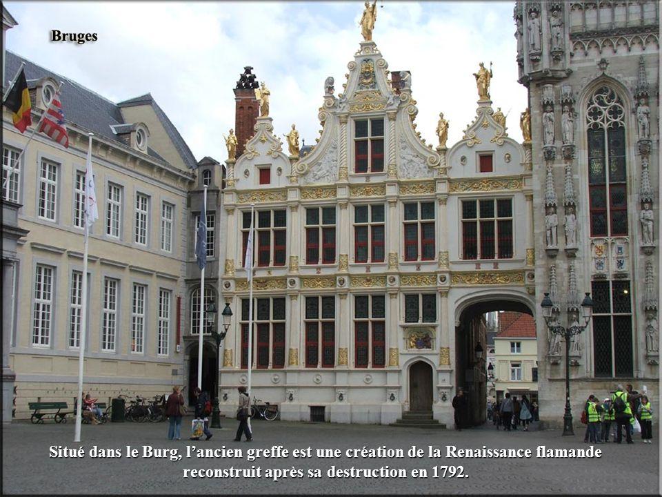 Situé dans le Burg, l'ancien greffe est une création de la Renaissance flamande reconstruit après sa destruction en 1792.