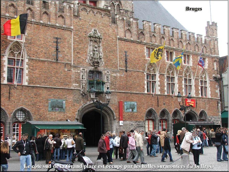 Le côté sud de la Grand place est occupé par les halles surmontées du beffroi.