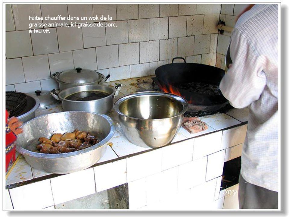 Faites chauffer dans un wok de la graisse animale, ici graisse de porc, à feu vif.