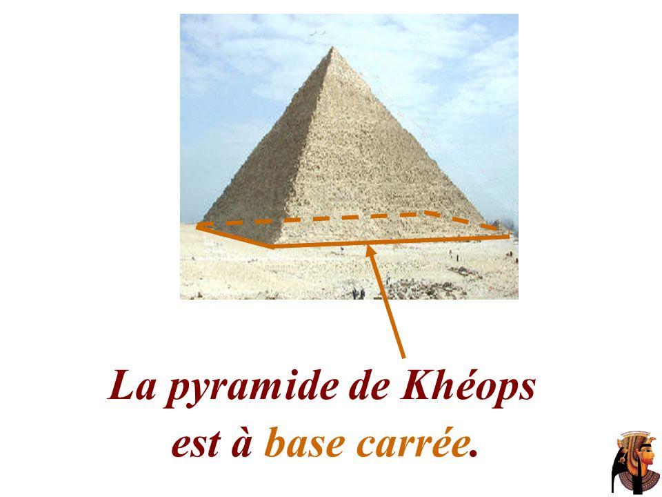 La pyramide de Khéops est à base carrée.