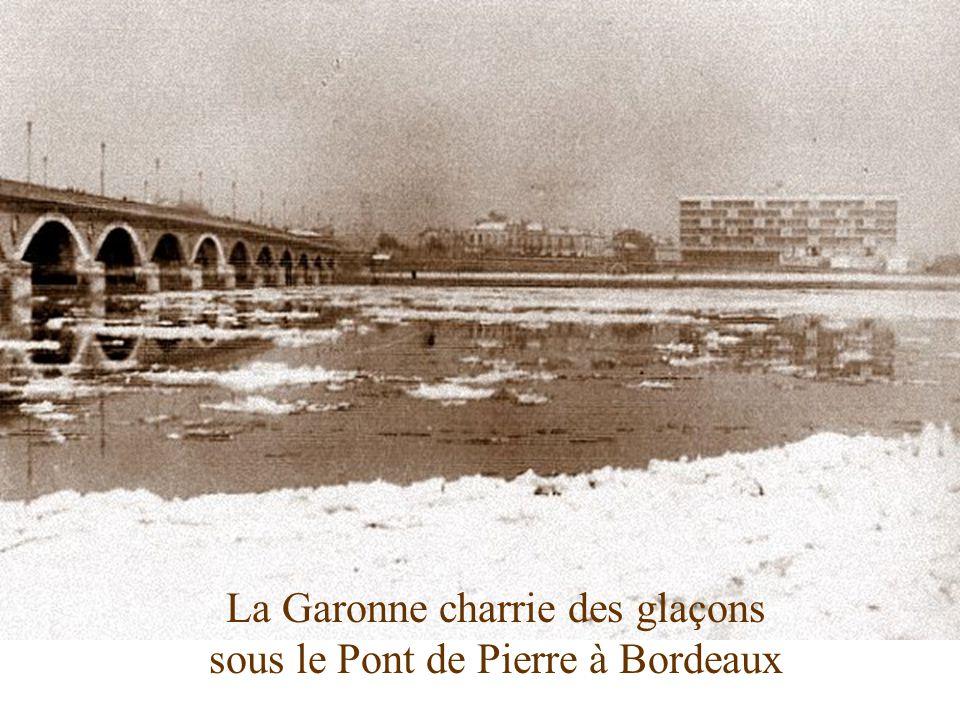 La Garonne charrie des glaçons sous le Pont de Pierre à Bordeaux