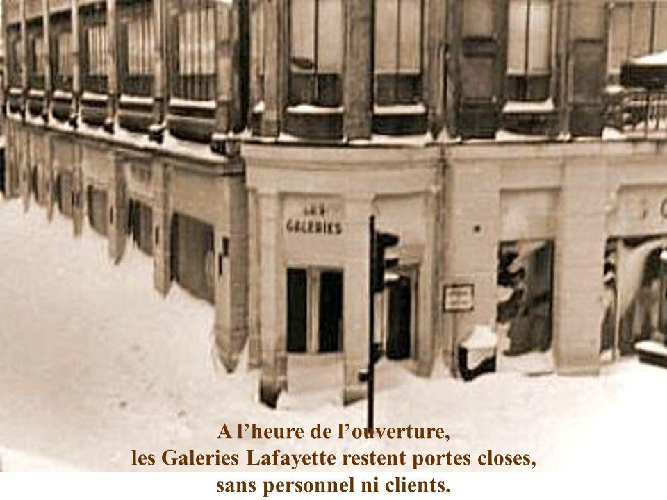 A l'heure de l'ouverture, les Galeries Lafayette restent portes closes, sans personnel ni clients.