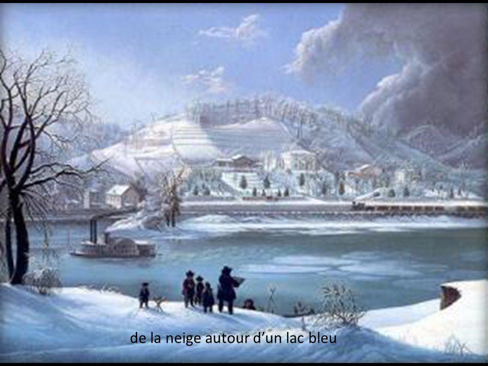 de la neige autour d'un lac bleu