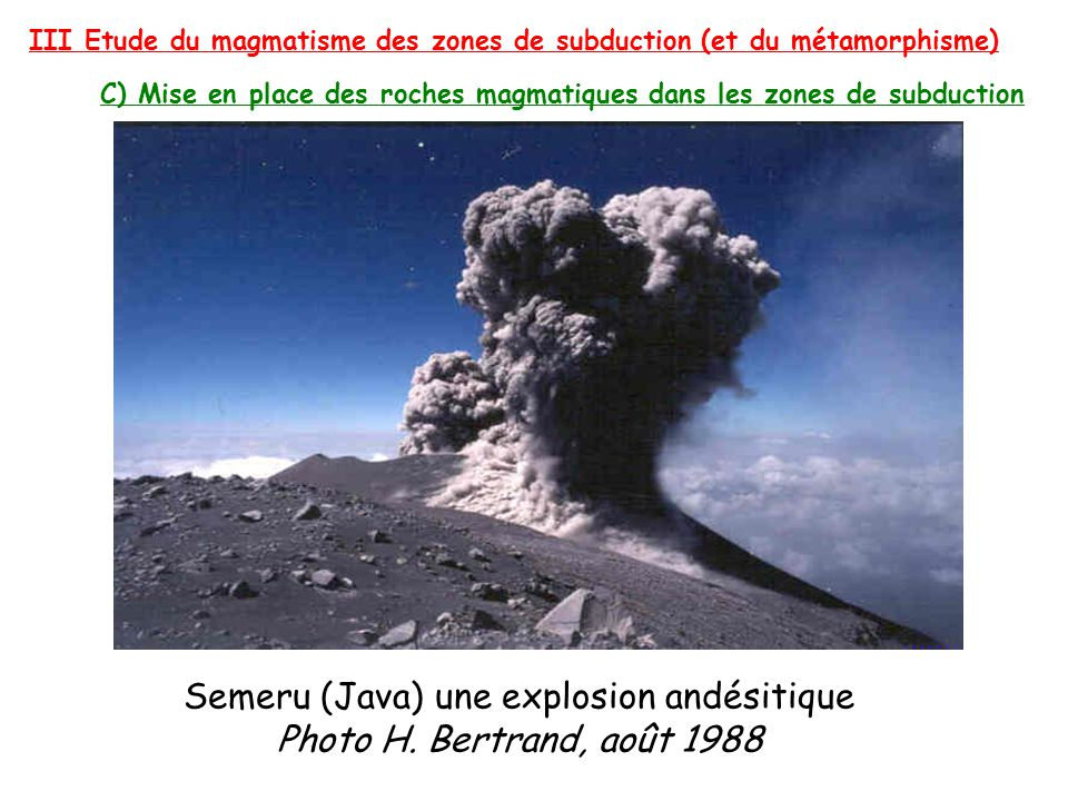 Semeru (Java) une explosion andésitique Photo H. Bertrand, août 1988