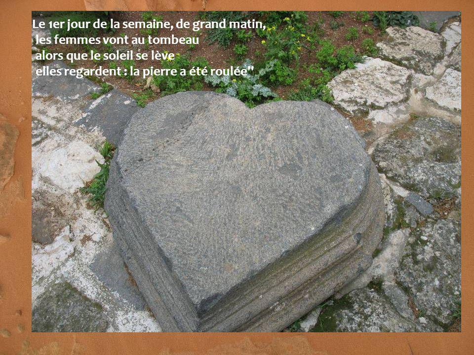 Le 1er jour de la semaine, de grand matin, les femmes vont au tombeau alors que le soleil se lève elles regardent : la pierre a été roulée