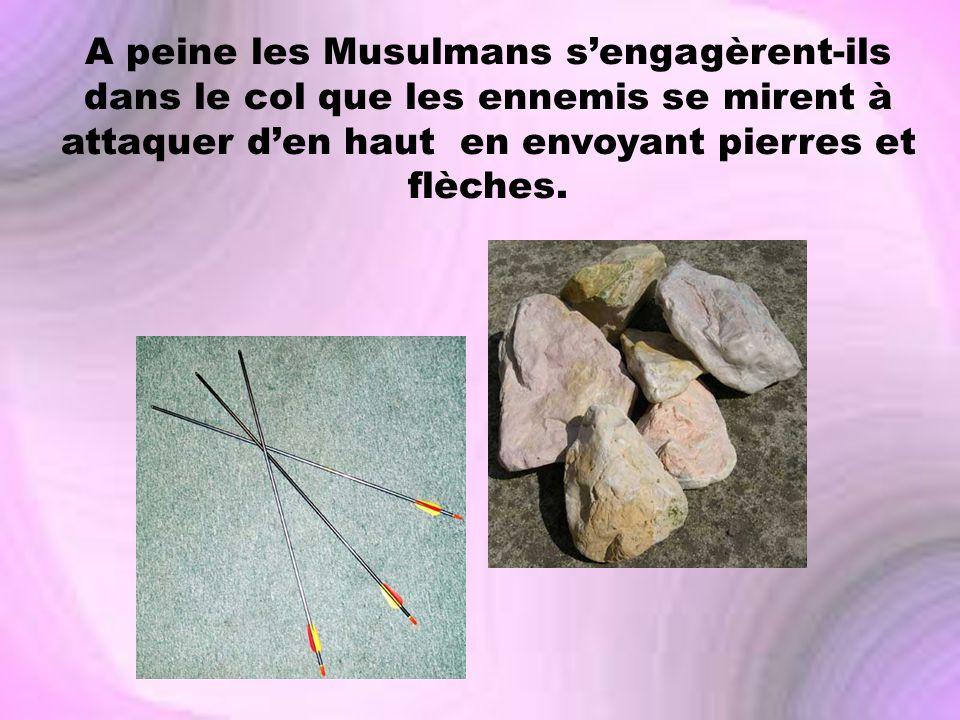A peine les Musulmans s'engagèrent-ils dans le col que les ennemis se mirent à attaquer d'en haut en envoyant pierres et flèches.