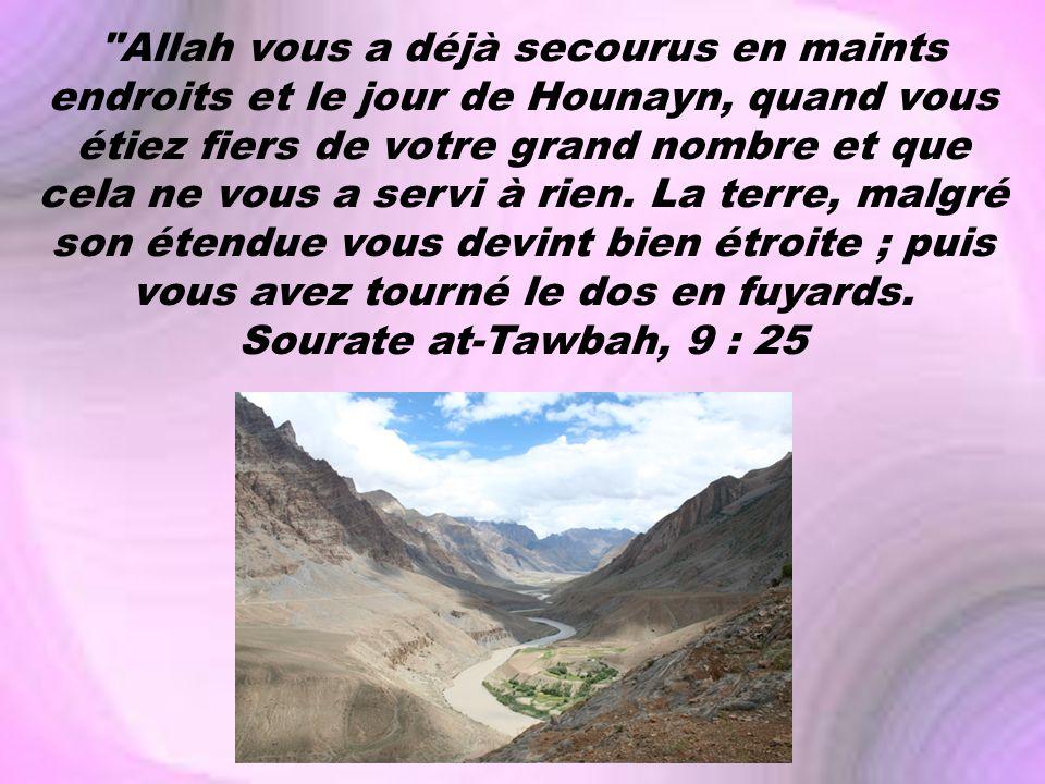 Allah vous a déjà secourus en maints endroits et le jour de Hounayn, quand vous étiez fiers de votre grand nombre et que cela ne vous a servi à rien.
