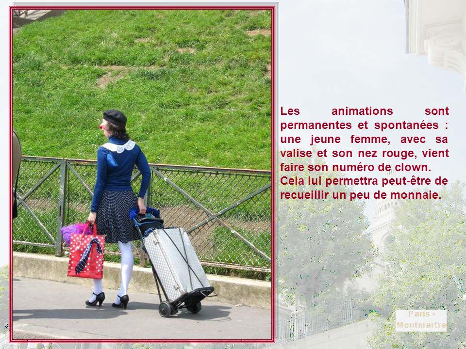 Les animations sont permanentes et spontanées : une jeune femme, avec sa valise et son nez rouge, vient faire son numéro de clown.