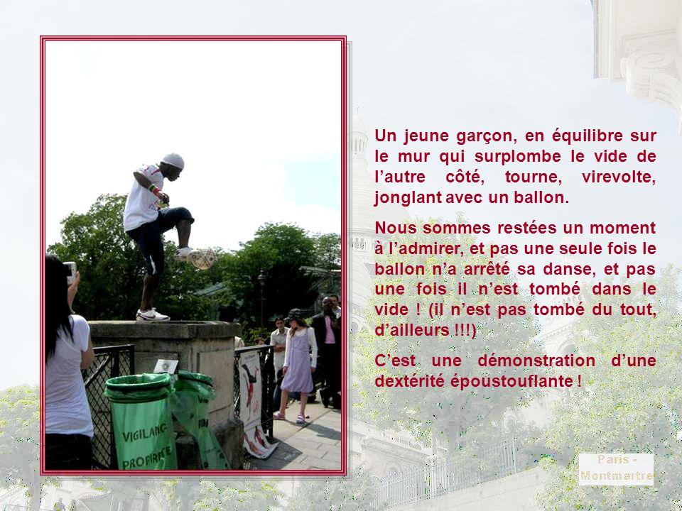 Un jeune garçon, en équilibre sur le mur qui surplombe le vide de l'autre côté, tourne, virevolte, jonglant avec un ballon.