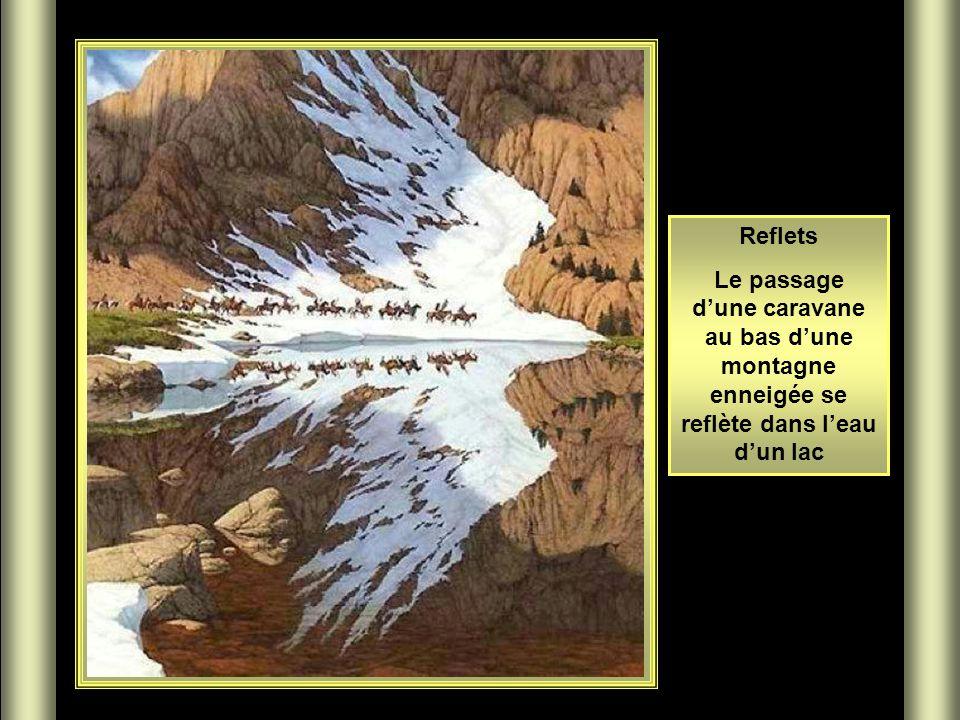 Reflets Le passage d'une caravane au bas d'une montagne enneigée se reflète dans l'eau d'un lac