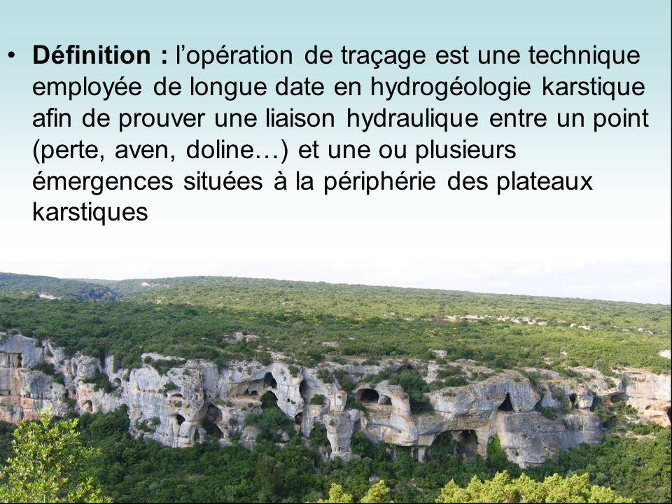 Définition : l'opération de traçage est une technique employée de longue date en hydrogéologie karstique afin de prouver une liaison hydraulique entre un point (perte, aven, doline…) et une ou plusieurs émergences situées à la périphérie des plateaux karstiques