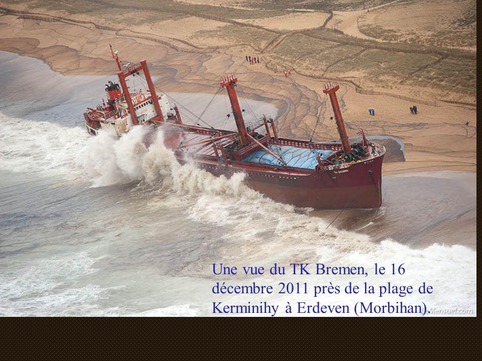 Une vue du TK Bremen, le 16 décembre 2011 près de la plage de Kerminihy à Erdeven (Morbihan).