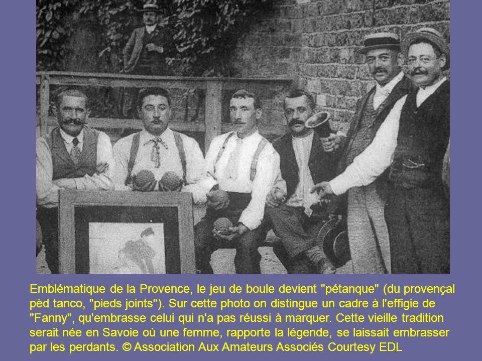 Emblématique de la Provence, le jeu de boule devient pétanque (du provençal pèd tanco, pieds joints ).