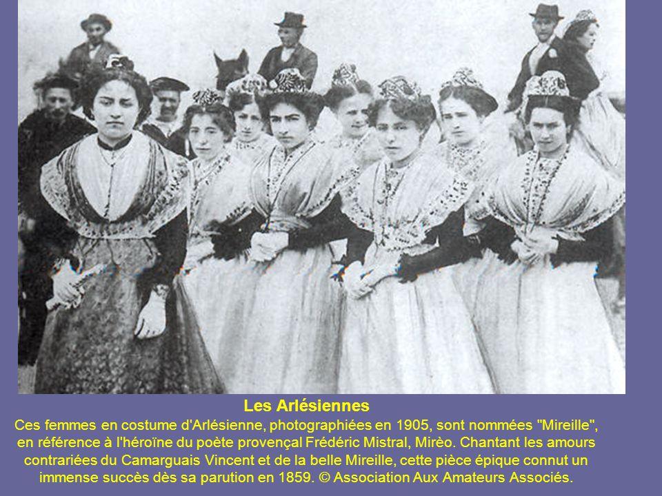 Les Arlésiennes Ces femmes en costume d Arlésienne, photographiées en 1905, sont nommées Mireille , en référence à l héroïne du poète provençal Frédéric Mistral, Mirèo.