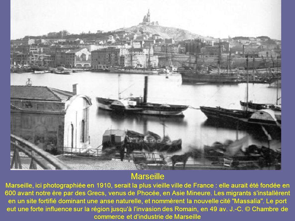 Marseille Marseille, ici photographiée en 1910, serait la plus vieille ville de France : elle aurait été fondée en 600 avant notre ère par des Grecs, venus de Phocée, en Asie Mineure.
