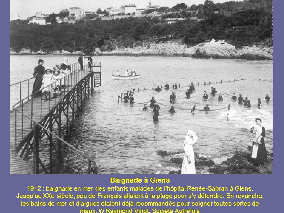 Baignade à Giens 1912 : baignade en mer des enfants malades de l hôpital Renée-Sabran à Giens.