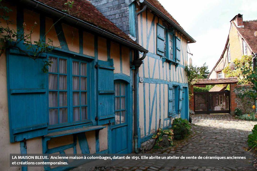 LA MAISON BLEUE. Ancienne maison à colombages, datant de 1691