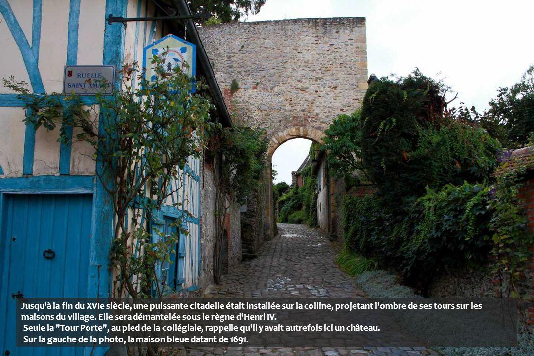 Jusqu à la fin du XVIe siècle, une puissante citadelle était installée sur la colline, projetant l ombre de ses tours sur les maisons du village. Elle sera démantelée sous le règne d Henri IV.