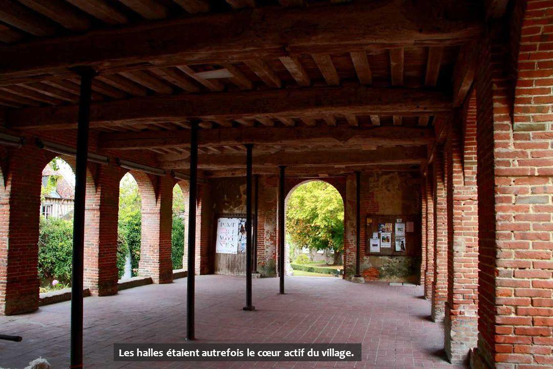 Les halles étaient autrefois le cœur actif du village.